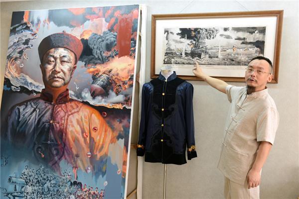画家陈可之在他在2006年创作的甲午海战素描草图前介绍黄海大战